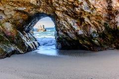 Arco de la roca en Santa Cruz Beach Fotos de archivo