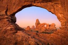 Arco de la torrecilla a través de la ventana del norte Imágenes de archivo libres de regalías