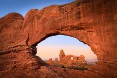 Arco de la torrecilla a través de la ventana del norte Foto de archivo libre de regalías