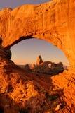 Arco de la torreta a través de la ventana del norte Fotos de archivo