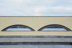 Arco de la ventana alto en la pared Cielo azul Foto de archivo libre de regalías