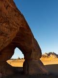 Arco de Lebbo do estanho - arco natural da rocha - Akakus, Líbia Imagens de Stock Royalty Free