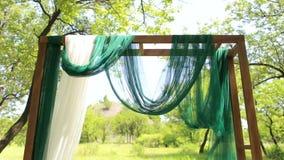 Arco de madeira do casamento com tela verde e branca vídeos de arquivo