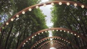 Arco de madera con las linternas almacen de metraje de vídeo