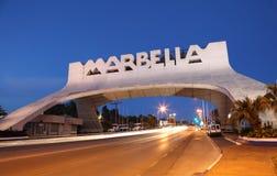 Arco de Marbella en la noche. España Imagen de archivo