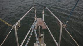 Arco de navegar el yate a lo largo del mar de la orilla Ucrania, Odessa almacen de metraje de vídeo