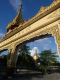Arco de oro del templo y cielo azul en Birmania Imagenes de archivo