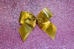 Arco de oro en fondo rosado borroso del bokeh Festivo, tarjeta de felicitación para el día de fiesta imagenes de archivo