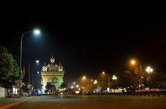 Arco de Patuxai na noite em vientiane, laos fotografia de stock