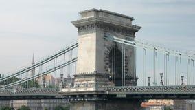 Arco de pedra da ponte de corrente bonita de Szechenyi em Budapest, opinião do close-up vídeos de arquivo