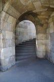 Arco de pedra e etapas no castelo foto de stock