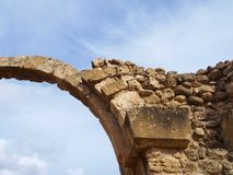 Arco de pedra em Sarananta Kolones um forte bizantino do século VII arruinado nos paphos Chipre imagens de stock