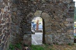 Arco de pedra na parede foto de stock