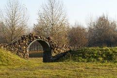 Arco de pedra no parque outonal Imagens de Stock Royalty Free