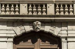Arco de piedra con la cabeza de piedra Fotos de archivo