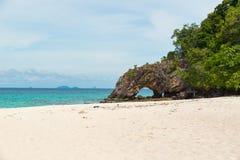 Arco de piedra con la playa hermosa en Koh Khai en el mar de Andaman, Tarut Fotos de archivo