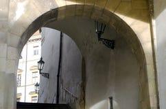 Arco de piedra con las escaleras Foto de archivo