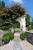 Arco de piedra con las flores Imágenes de archivo libres de regalías