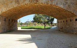 Arco de piedra con objeto de la realización Fotografía de archivo libre de regalías