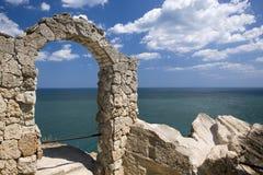 Arco de piedra en el cabo Kaliakra, Bulgaria Foto de archivo