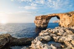 Arco de piedra, formación de roca en una costa de mar, tiempo de verano Imágenes de archivo libres de regalías