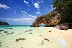 Arco de piedra natural con la playa hermosa en Kho Khai Imagen de archivo libre de regalías