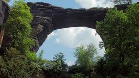 Arco de piedra natural dentro de la roca en el parque Suiza bohemia de la reserva en Checo metrajes