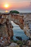 Arco de piedra sobre la costa costa Imagen de archivo libre de regalías