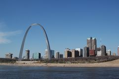 Arco de St Louis com skyline foto de stock
