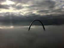 Arco de St. Louis en una mañana de niebla imagenes de archivo