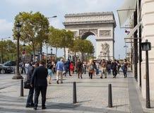 Arco de Triumph do DES Champs-Elysees da avenida A rua está sempre cheia de vida por turistas e por executivos imagem de stock royalty free
