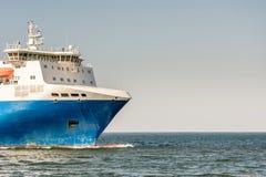 Arco de un transbordador en el mar Báltico con el espacio de la copia en el cielo fotografía de archivo libre de regalías