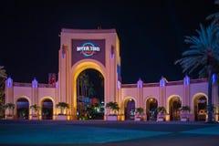 Arco de Universal Studios na noite em Citywalk na ?rea de Universal Studios imagem de stock royalty free