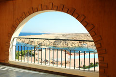 Arco de Windows con la opinión del mar Foto de archivo