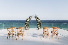 Arco decorado com o floristics vívido no fundo do mar imagens de stock