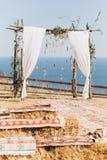 Arco decorado com o floristics v?vido no fundo do mar Estilo de Boho imagem de stock royalty free