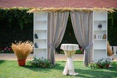 Arco decorativo para casarse Estilo del estante para libros y del trigo Fotografía de archivo libre de regalías