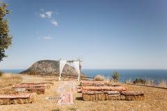 Arco decorato con il floristics vivace sui precedenti del mare Stile di Boho fotografia stock libera da diritti