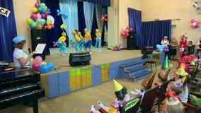 Arco dei piccoli bambini al pubblico video d archivio