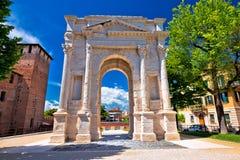 Arco deiGavi berömd historisk gränsmärke i Verona Arkivfoton