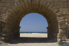 Arco del acueducto que lleva a la playa fotografía de archivo