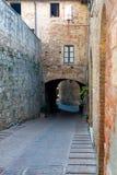 arco del alleyway che retrocede sotto fotografie stock libere da diritti