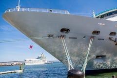 Arco del barco de cruceros atado para ennegrecer el bolardo Imagenes de archivo