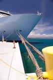 Arco del barco de cruceros, atracado en el mar del Caribe Imagenes de archivo