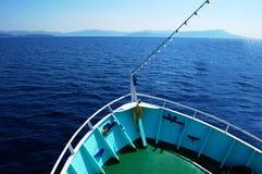 Arco del barco en el agua con horizonte Fotos de archivo libres de regalías