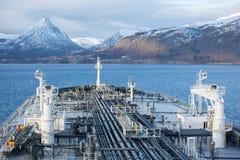 Arco del buque de petróleo contra la montaña de Noruega Fotografía de archivo libre de regalías