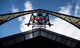 Arco del cristal de colores en la entrada de St Josep Mercado en Barcelona Foto de archivo