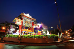 Arco del Gateway de la ciudad de China, llamado círculo de Odeon, en el crepúsculo en Año Nuevo chino Imágenes de archivo libres de regalías