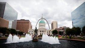 Arco del Gateway de St. Louis y palacio de justicia viejo Foto de archivo
