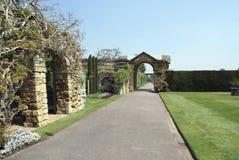 Arco del giardino di Hever e un percorso Immagini Stock Libere da Diritti